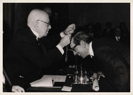El académico Dámaso Alonso impone la medalla de académico de la Lengua a Miguel Delibes.