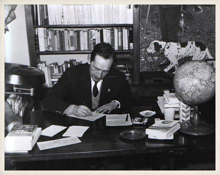 Delibes-escribe-en-su-despacho-los-70