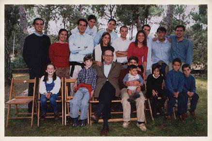 Miguel Delibes junto a sus dieciocho nietos en su 80 cumpleaños.