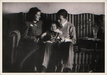 Miguel Delibes con su esposa y su primer hijo, Miguel. Enero de 1948.