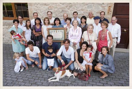 La familia Delibes en Molledo Portolín (Cantabria). Ángeles, hija del escritor, sostiene el diploma concedido por el Ayuntamiento del municipio.