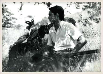Miguel Delibes y su hijo Germán con su perro Grin. Quintanilla de Abajo (Valladolid), 1979.