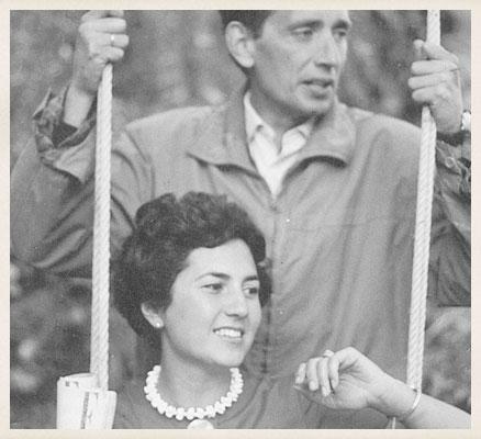 Miguel Delibes con Ángeles de Castro, en Sedano, hacia 1960.