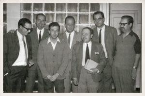 Miguel Delibes con el novelista Luis Berenguer y parte del equipo de redacción de El Norte de Castilla (J. J. Rodero, Jiménez Lozano, Carlos Campoy y Emilio Salcedo).