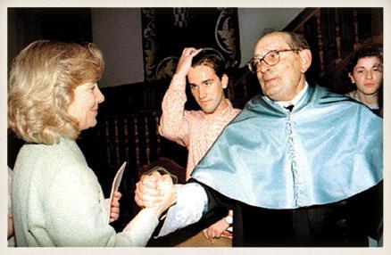 Miguel Delibes recibe la felicitación de la entonces ministra de Educación y Cultura, Esperanza Aguirre.