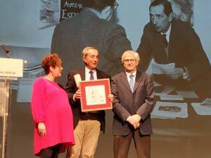 """Germán Delibes, hijo y patrono de la Fundación, recogiendo el reconocimiento a Delibes como """"Socio de honor"""" de la Asociación de la Prensa de Valladolid."""