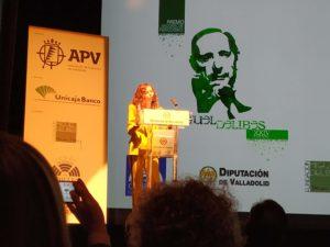 """Mar Abad recibiendo el """"XXIV Premio Nacional de Periodismo Miguel Delibes"""""""